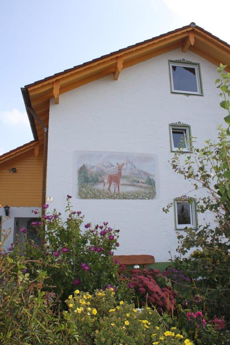 Hausfassade mit Heimatmotiv